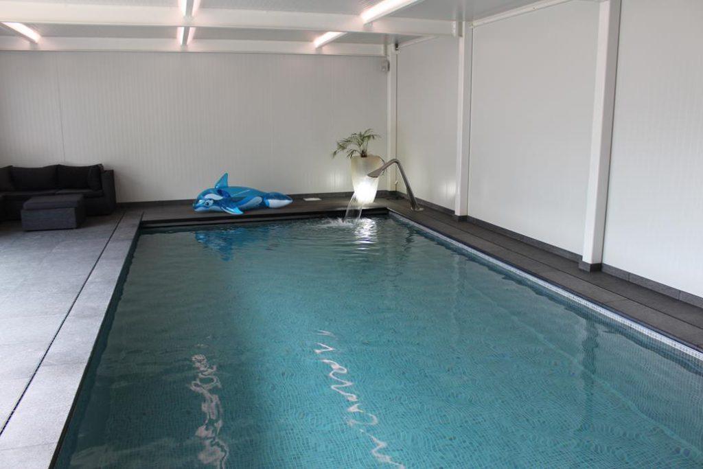 indoor zwembad met fontein
